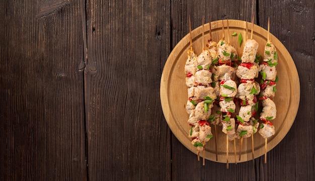 건강 한 바베 큐 배너. 야채와 허브를 곁들인 치킨 케밥, 여름 피크닉을위한 수분이 많은 맛있는 간식