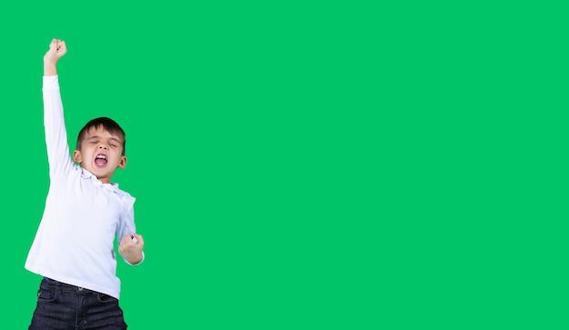 긴 배너 형식의 소년은 흰색 티셔츠와 청바지를 입고 오른손을 위로 올리고 있습니다.