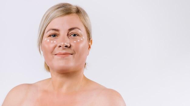 배너, 긴 형식. 눈 아래 보습 마스크 방울과 수석 금발 여자의 초상화