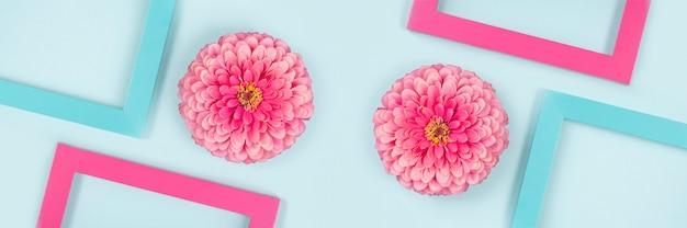 花と明るい色のフレームで作られたバナー。フラットレイ
