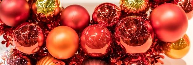 ガラス玉とクリスマスリースのバナー