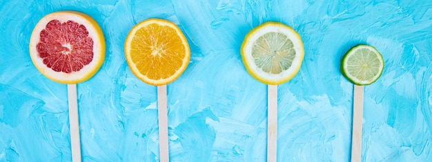 Баннер фруктовое мороженое ломтик цитрусовых на синем фоне.