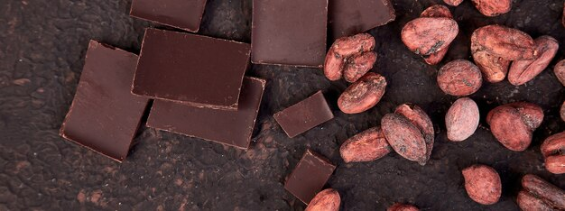 Баннер фона какао-бобов на коричневый стол.