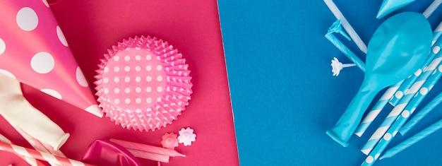 Баннер партии розово-голубой бумажной шляпе.