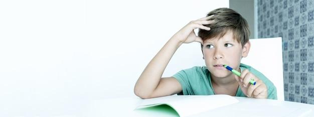 배너. 교과서를 들고 웃는 소년은 학교 숙제를 합니다. 학교로 돌아가다. 행복한 남학생. 원격 교육