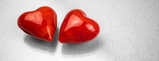 배너 두 개의 빨간색 하트, 사랑과 부부 관계의 개념, 회색 배경 사진