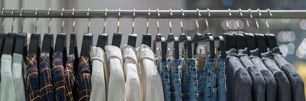 Баннерная веб-страница или шаблон обложки вешалки для одежды в магазине модной одежды