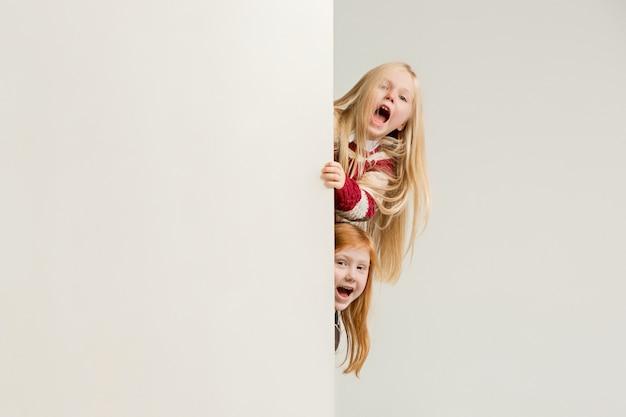 Баннер с удивленными детьми, выглядывающими на край