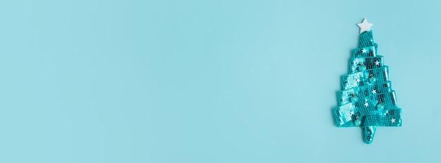 복사 공간 미니와 함께 행복 한 새 해 인사를 위한 추상 빛나는 청록색 크리스마스 트리 배너