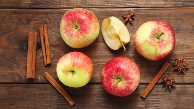 Баннер с яблоками, специями, палочками корицы и анисом на темном деревянном фоне