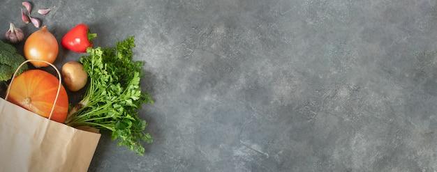 健康的な食事料理のコンセプトとバナー。エコデー。スーパーマーケットで新鮮な有機野菜の買い物をする買い物袋を使う