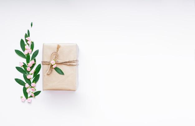 Баннер с обернутыми в эко-ремесло праздниками представляет цветок подарочных коробок на белом столе. плоская укладка. место для текста