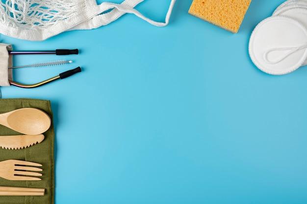 青の明るい背景にゼロウェイストアクセサリーのバナー。コピースペース付きのプラスチックフリーコンセプトフレーム。ゼロウェイストツール