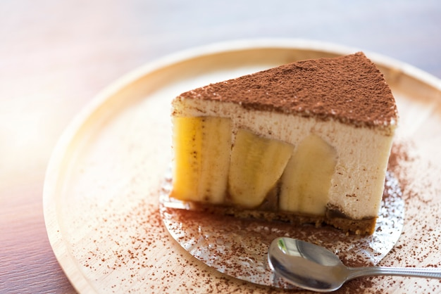 나무 접시에 초콜릿 가루와 banoffee 파이