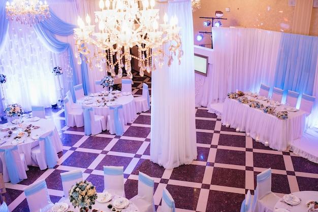 結婚式のための宴会場、宴会場の装飾、雰囲気のある装飾
