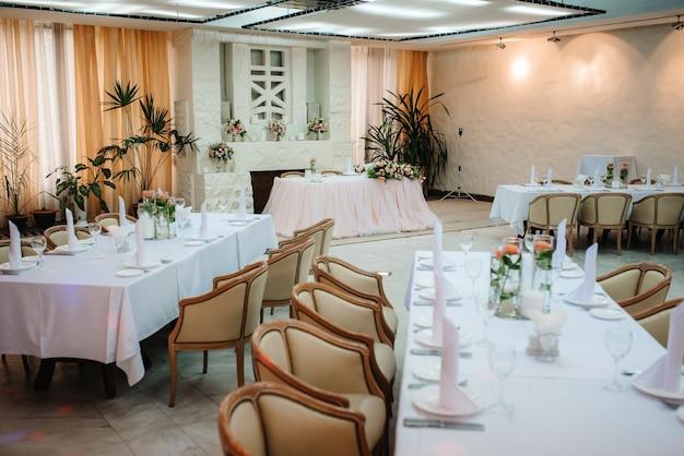 結婚式のための宴会場、宴会場の装飾、雰囲気のある装飾 Premium写真