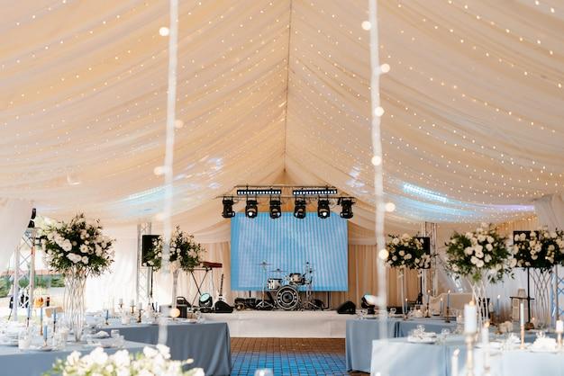 Банкетный зал для свадьбы, украшение банкетного зала
