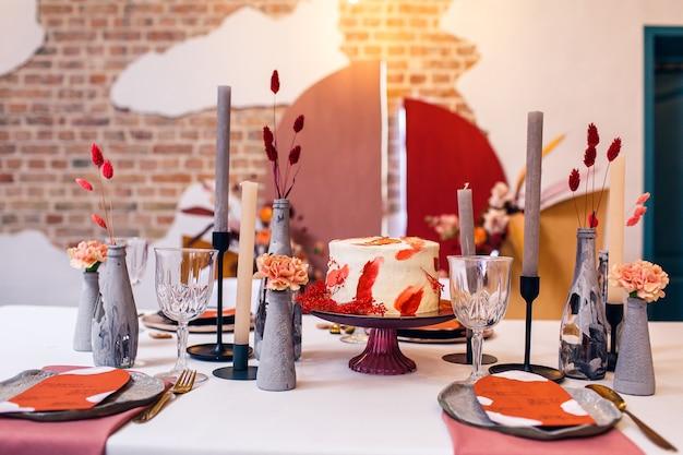 Украшение и интерьер банкетного стола в ресторане