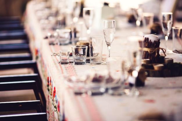 素朴な要素を持つレストランの宴会テーブル Premium写真