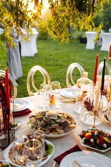 다양한 동양 전채가있는 연회 테이블