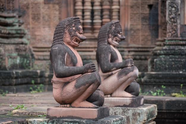Banteay srei или banteay srey, древний камбоджийский храм, посвященный индуистскому богу шиве, ангкор, кхмерский храм, сиемреап, камбоджа - концепция путешествия.