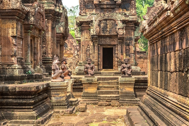 Храм бантей срей в комплексе ангкор-ват в сием рип, камбоджа