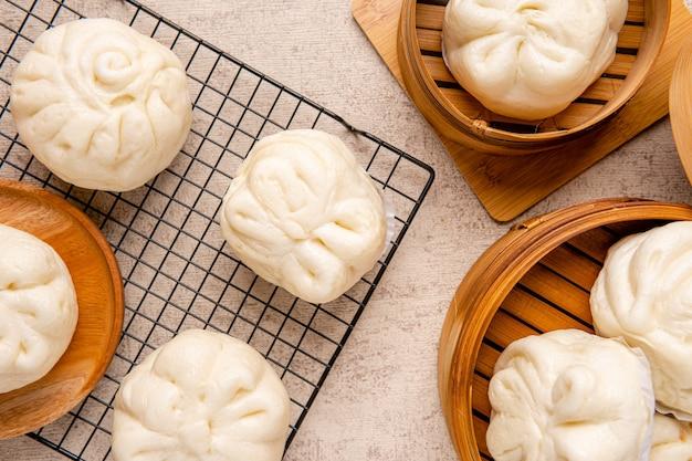 包子またはバクパオは、さまざまな中華料理に含まれるイーストリーブドの詰め物パンの一種です。パンはほとんどの場合蒸しますが、肉やベジタリアンの詰め物や調理法にはさまざまなバリエーションがあります。