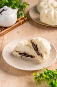 Baozi 또는 bakpao는 다양한 중국 요리에서 누룩을 넣은 빵의 일종입니다.