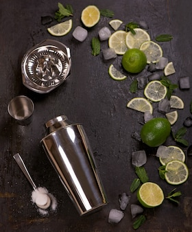Барные аксессуары и ингредиенты для коктейльных напитков лайм, мята, лед.
