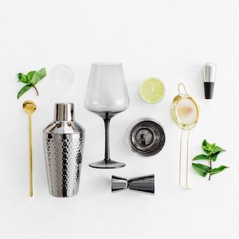 모히토 칵테일을 만들기 위한 바 액세서리 및 재료. 평평한 평지, 평면도. 여름 음료.