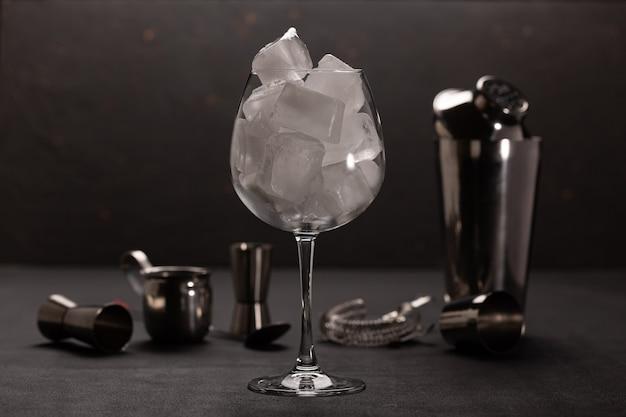 バーとアルコールカクテルのコンセプト。
