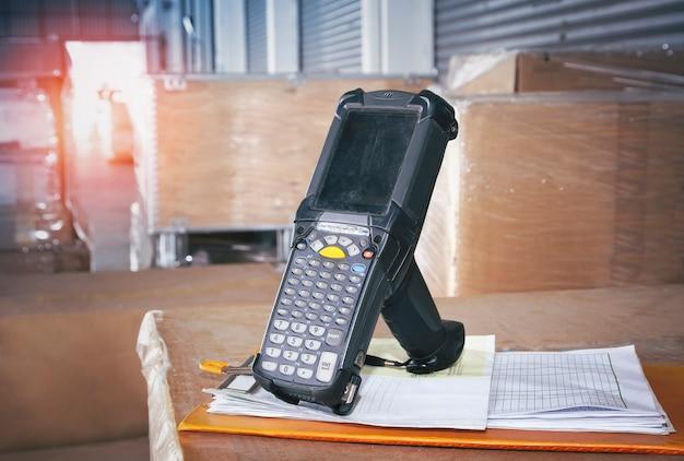 보관 창고의 포장 상자에 있는 바코드 스캐너 재고 관리를 위한 컴퓨터 작업 도구