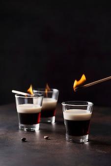 バーのコンセプト。コーヒーリゲールウィットアイリッシュクリーム火をつける準備ができて、選択的なフォーカス画像