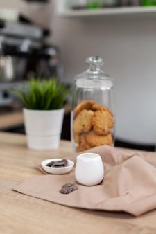 Барная стойка в кофейне с рождественскими украшениями, печеньем, сладостями и кофе Premium Фотографии