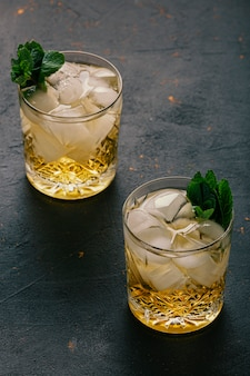 バー。クリスタルガラスのアルコール飲料の作成。高級アルコール