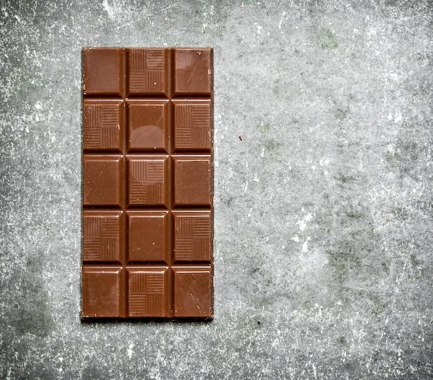 Плитка шоколада на каменном столе