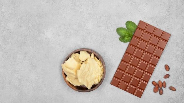 그레이 스톤에 밀크 초콜릿, 코코아 버터, 민트 및 코코아 빈 바