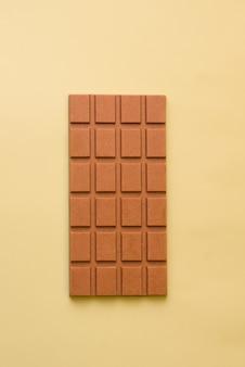 녹색 배경에 우유 야채 초콜릿 바. 위에서 볼 수 있습니다. 미니멀리즘