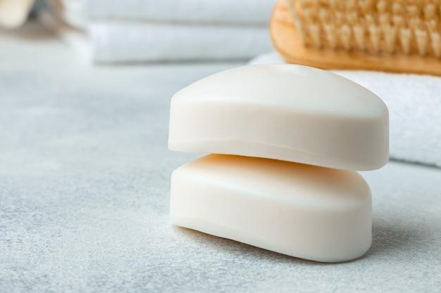 Бар натурального мыла ручной работы, полотенце и спа-объекты, крупным планом