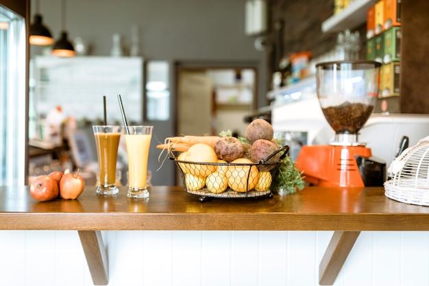 Bar still life con frutta e bevande