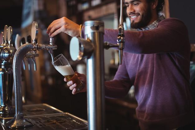 バーポンプからのバーテンダーフィリングビール