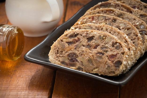 フルーツローフまたはレーズンとパン、またはbara brithとミルクまたはオランジュジュース