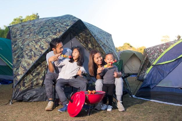 Барбекю и семья в кемпинге в природе