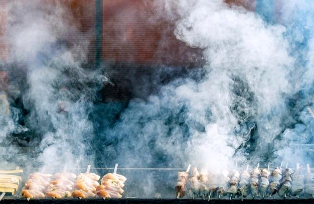 바베큐, 바베큐 연기와 불, 구운 고기. 바베큐 고기에 심한 연기