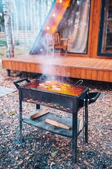 Стейки из рыбы барбекю на гриле. огонь и дым перекатываются по кусочкам рыбы