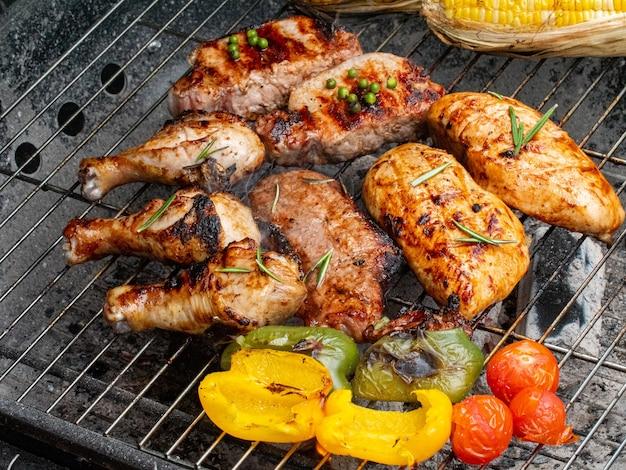 Летом приготовление еды на гриле.