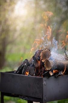 Мангал с горящими углями пламени подготовка к приготовлению шашлыка или стейка
