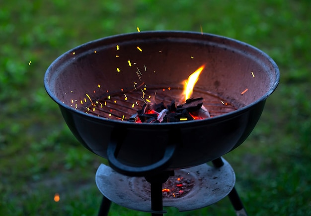 自然に火をつけるバーベキューグリル、屋外、クローズアップ