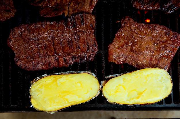 바베 큐 그릴 쇠고기 고기와 준비된 감자