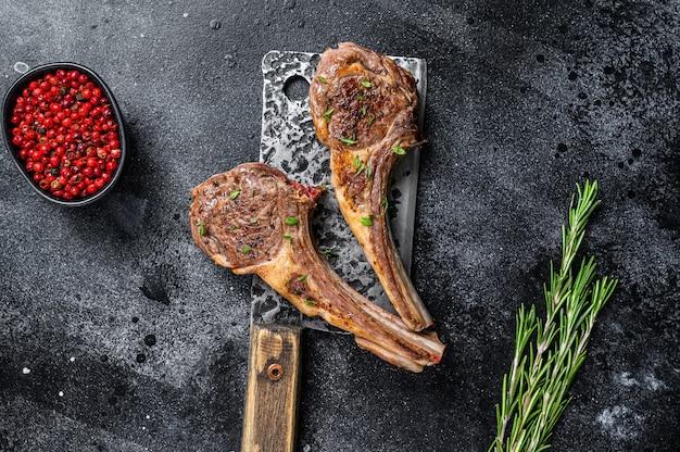 Бараньи отбивные, приготовленные на гриле, на ножах для мяса